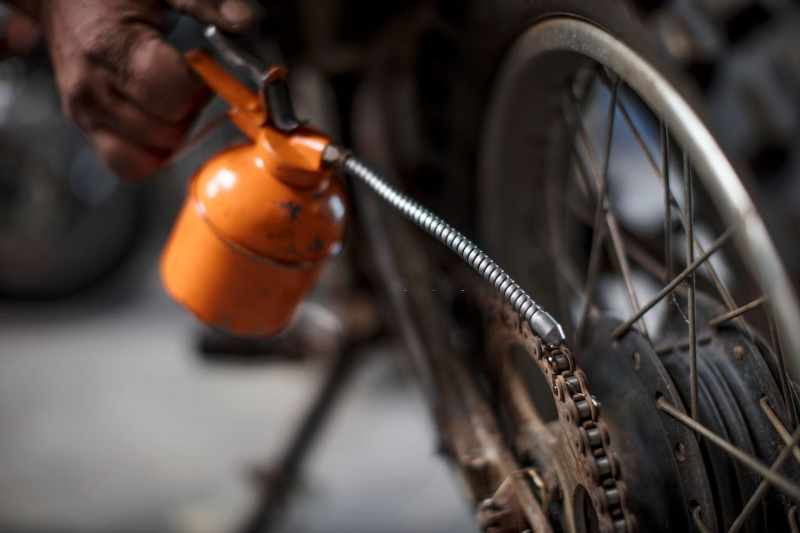lubricating_a_motorcycle_chain_with_a_lubrication_pump_800x533