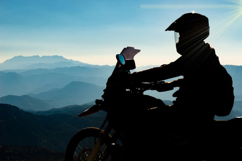 the shade of a motorcycle rider on his bike looking at the horizon_800x534