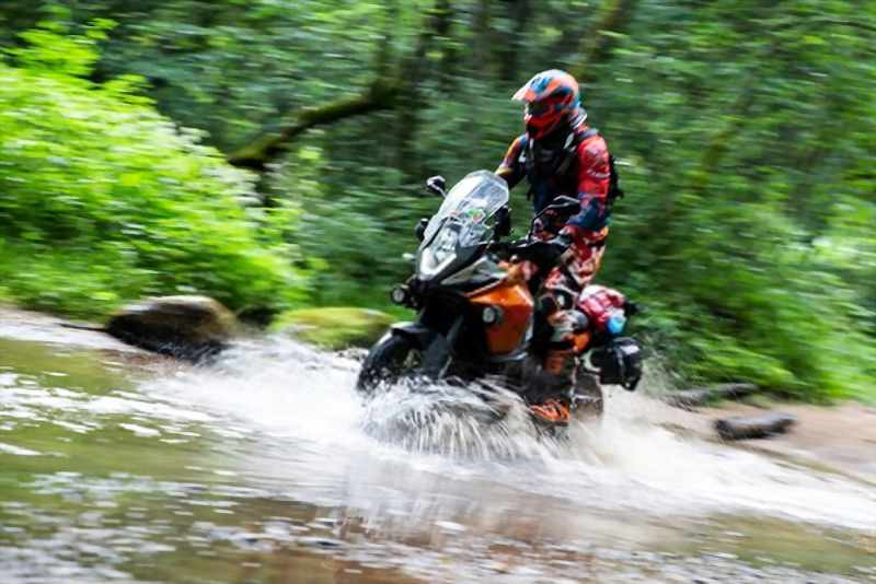 ktm_motorcycle_crossing_river_in_forest_rally_adventure_800x534