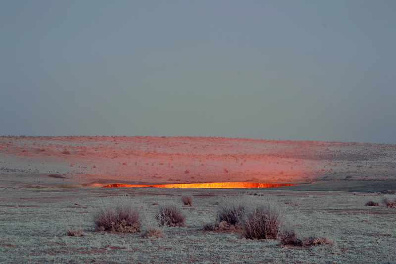 Camping at the Darvaza gas crater, Turkmenistan_800x534