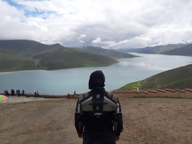 siima sibirsky on himalayan mountains with lake view