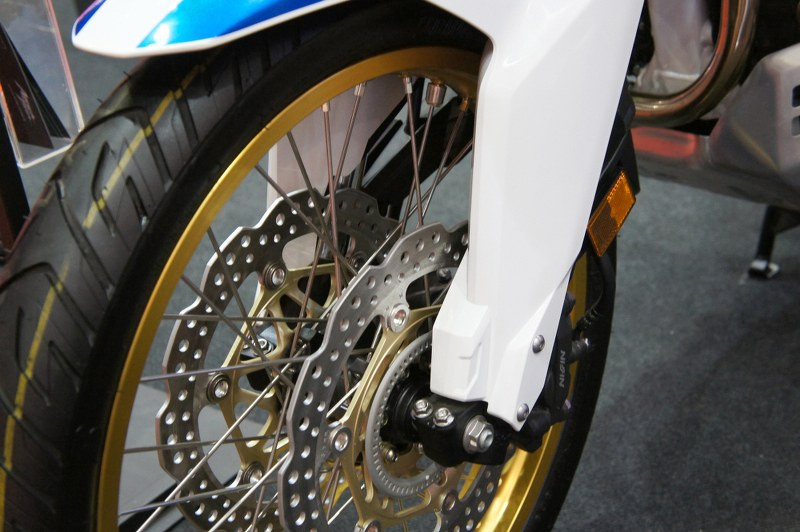 motorcycle brake pads on spoked wheels_800x532