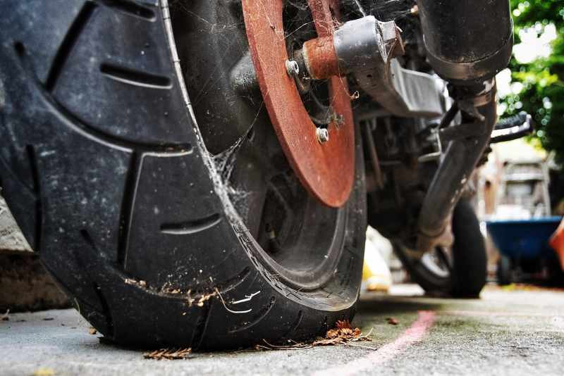 flat motorcycle tire parked for a long time_800x534