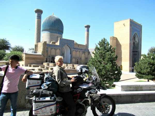 Kinga Tanajewska on her bike in Uzbekistan