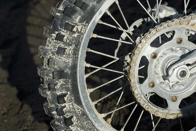 motorcycle_back_tire_and_chain_in_mud_800x536