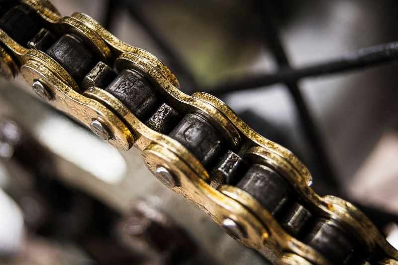 motorcycle_chain_with_debris_800x534