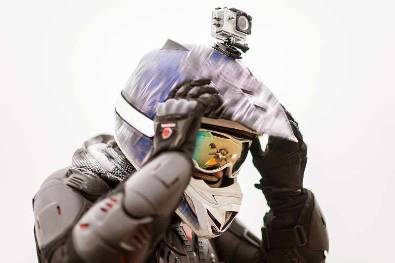 motocross_rider_with_camera_mounted_on_his_helmet_800x533
