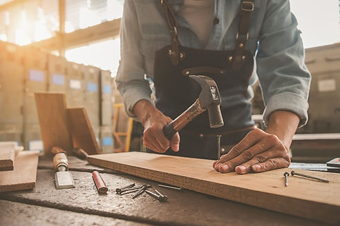 charpentier-travaillant-equipements-tabl