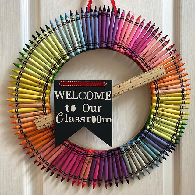 It's #teacherappreciation day!! •_❤️_•_💛_•_💚_•_💙_•_💜_•_#crayonwreath _#teacherLOVE #rainbow_#smallbusiness _#personalizedteachergift _#teach