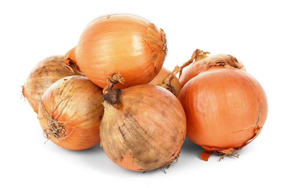 6 foods you should eat raw - raw onions with white background