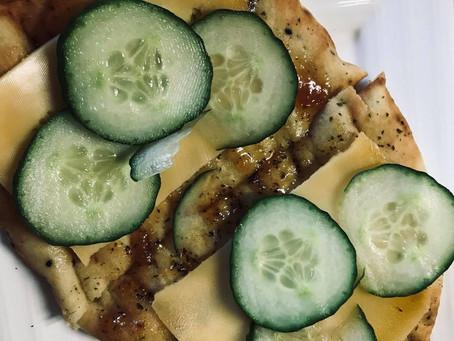 Naanbrood met kaas en mangochutney
