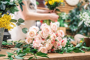 tender-roses-on-working-desk-of-florist.