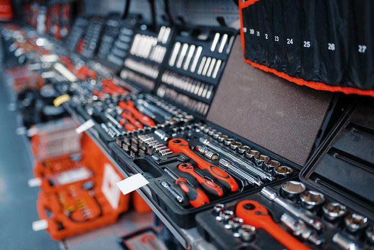 showcase-with-toolboxes-in-tool-store-cl
