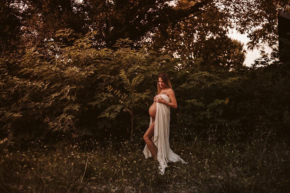 donna incinta immersa nella natura