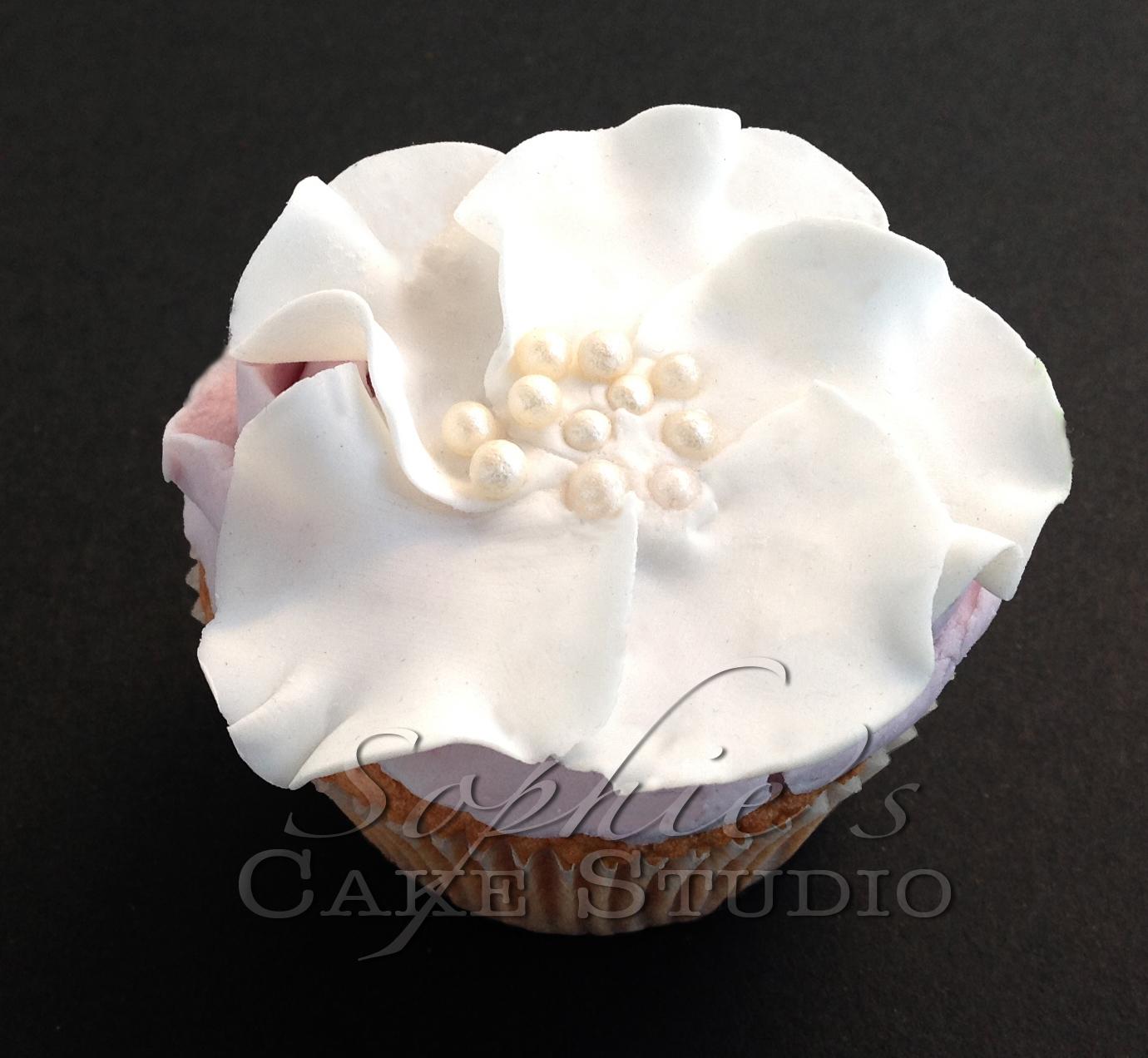 chanel cupcake by Caramel Salé