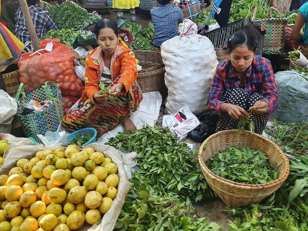 villagers at the Nyaung U Market o Bagan