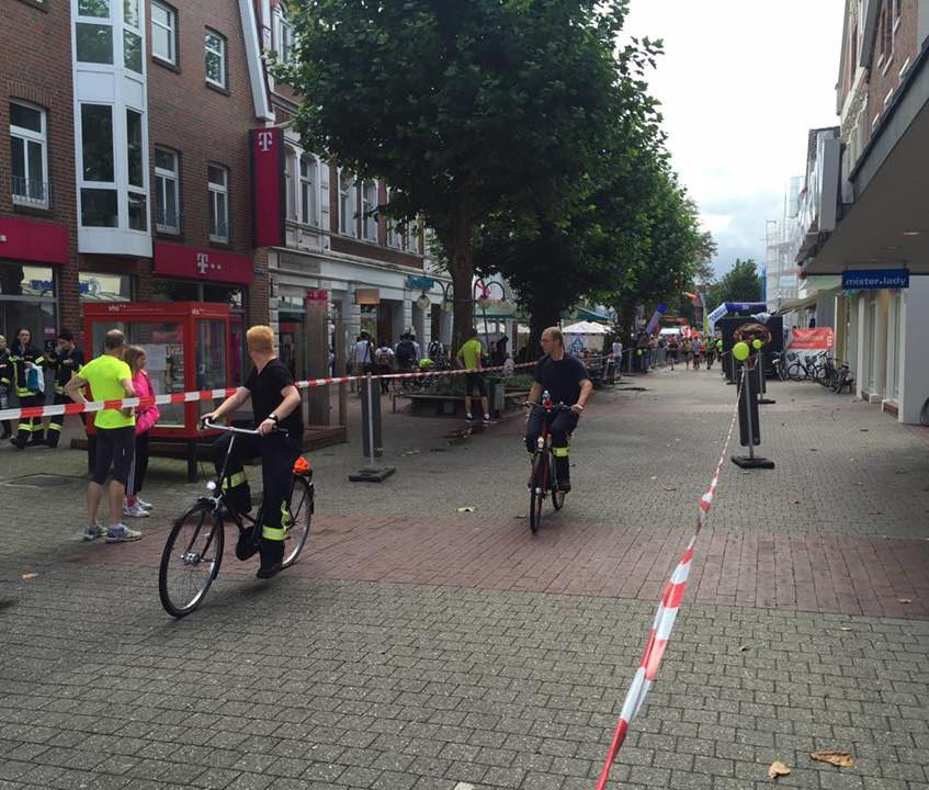 Auch mit dem Fahrrad war die Feuerwehr im Einsatz. Immer zwei Kameraden fuhren vor den Läufern her. (Bild: Janßen)