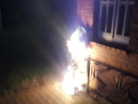 Mülleimer brannte direkt am Haus