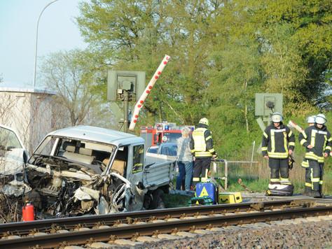 Unfall zwischen Personenzug und Kleintransporter