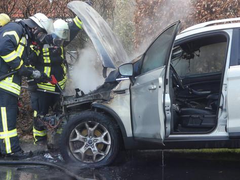 Fahrzeug gerät während der Fahrt in Brand