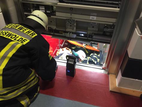 Verletzte Person aus steckengeblieben Aufzug gerettet (Einsatzübung)