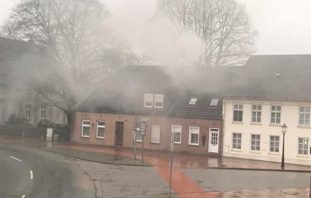 Das Bild zeigt die Einsatzstelle vor Eintreffen der Feuerwehr. Das Bild wurde aufgenommen von einem Passanten.