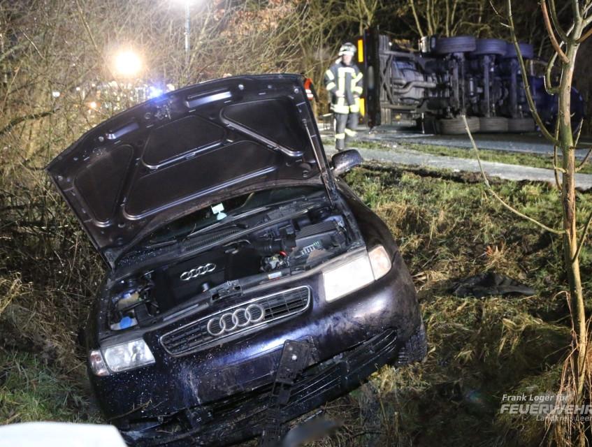 Ein Audi aus dem Kreis Wittmund erkannte die Situation zu spät, kam beim Ausweichen von der Straße ab und landete im Graben