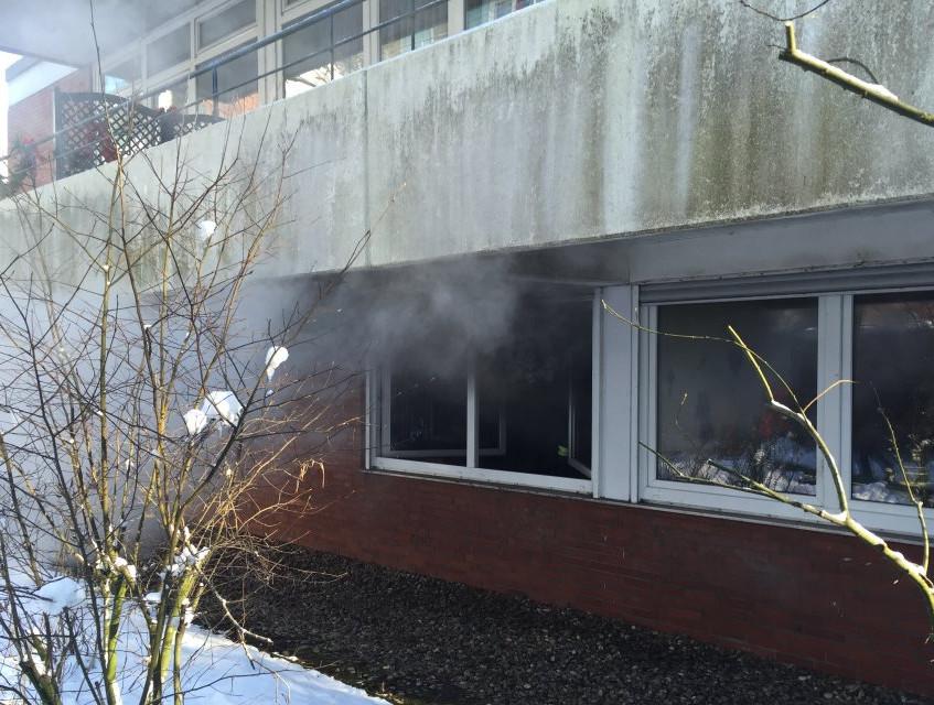 Dichter Rauch quoll aus der Wohnung im Erdgeschoß