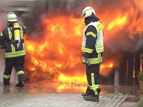 Doppelgarage mit Auto und ein Schuppen ausgebrannt