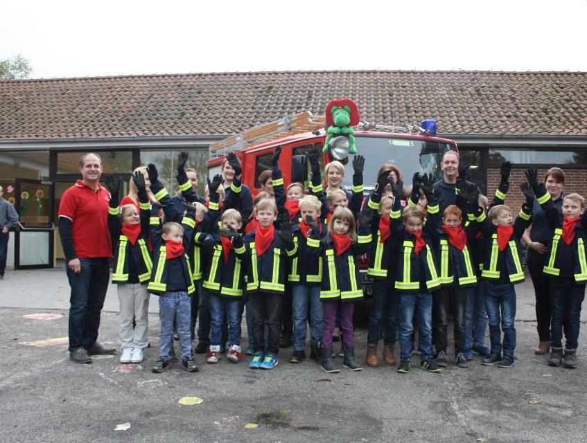 Die Sparkasse sponserte die Handschuhe der Kids (Bild: Janßen)