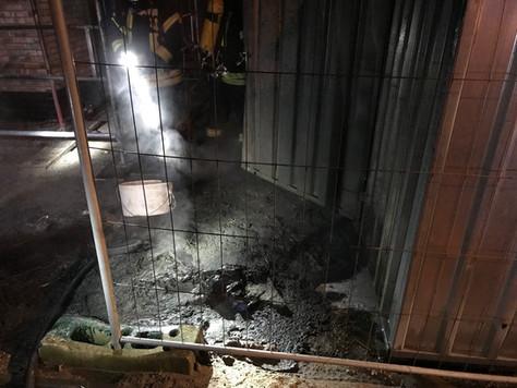 Müll brannte vor einem Neubau