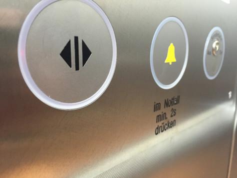 Rettungsdienst und Patient blieben im Aufzug stecken