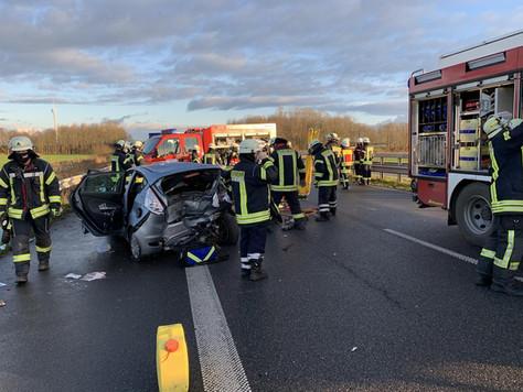 Verkehrsunfall mit eingeklemmter Person auf der Autobahn A31, Anschlussstelle Riepe