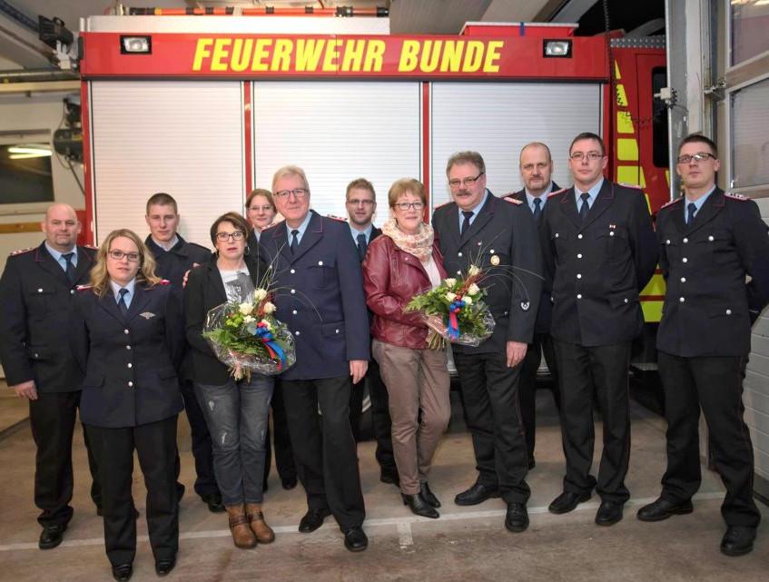 Die geehrten mit Ehefrau, die neue Führung der Kinderfeuerwehr Bunde, die Neuzugänge des letzten Jahres sowie Ortsbrandmeister und Stellvertreter