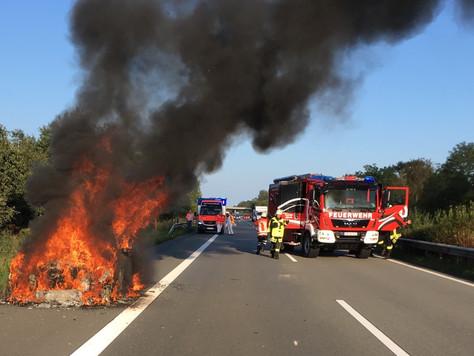Audi brennt auf der Autobahn 28 aus