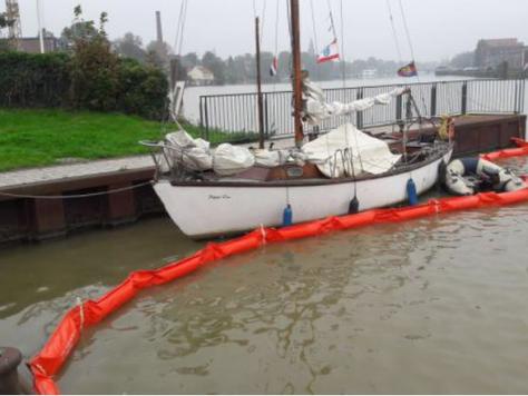 Ölverunreinigung auf dem Leeraner Hafen