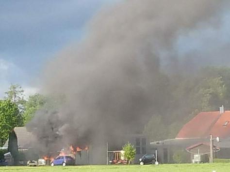 Rasenmäher setzt Garage in Brand
