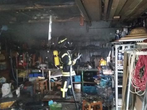 Anwohner begann mit eigenen Löschversuchen bei einem Garagenbrand