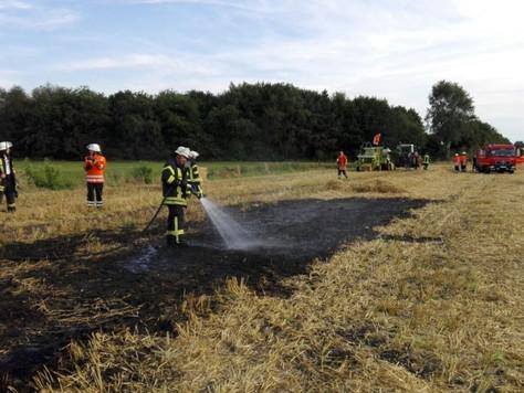 Strohballenpresse bei Erntearbeiten in Brand geraten