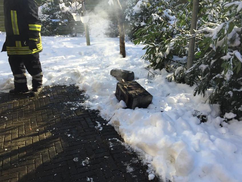 Verbrannte Küchengeräte wurden ins Freie gebracht