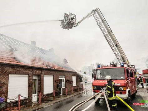Feuer zerstört Mehrfamilienhaus in Ditzumerverlaat