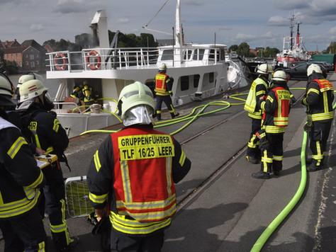 Schiffsbrand im Leeraner Hafen