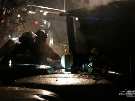 Feldscheune auf Pferdeweide in Brand geraten