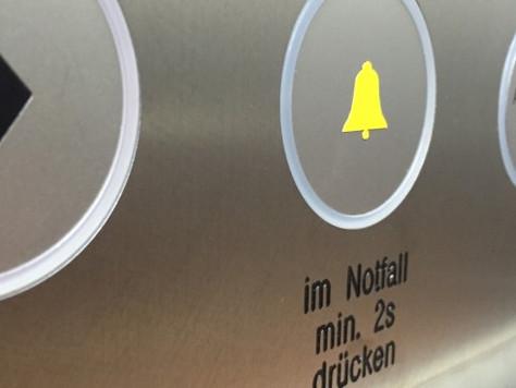 7 Personen im Aufzug eingeschlossen