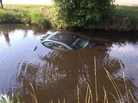 Auto landete im Kanal - Ersthelfer rettet Fahrer