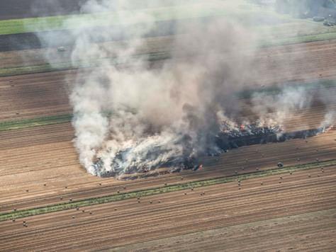 Brennende Rundballenpresse löst großen Flächenbrand aus