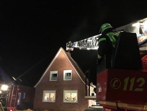 Langwieriger Einsatz und eine verletzte Person nach Schornsteinbrand in Nüttermoor