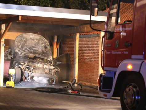 Auto geriet unter Carport in Brand
