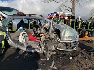 Zwei Personen nach Verkehrsunfall lebensgefährlich verletzt