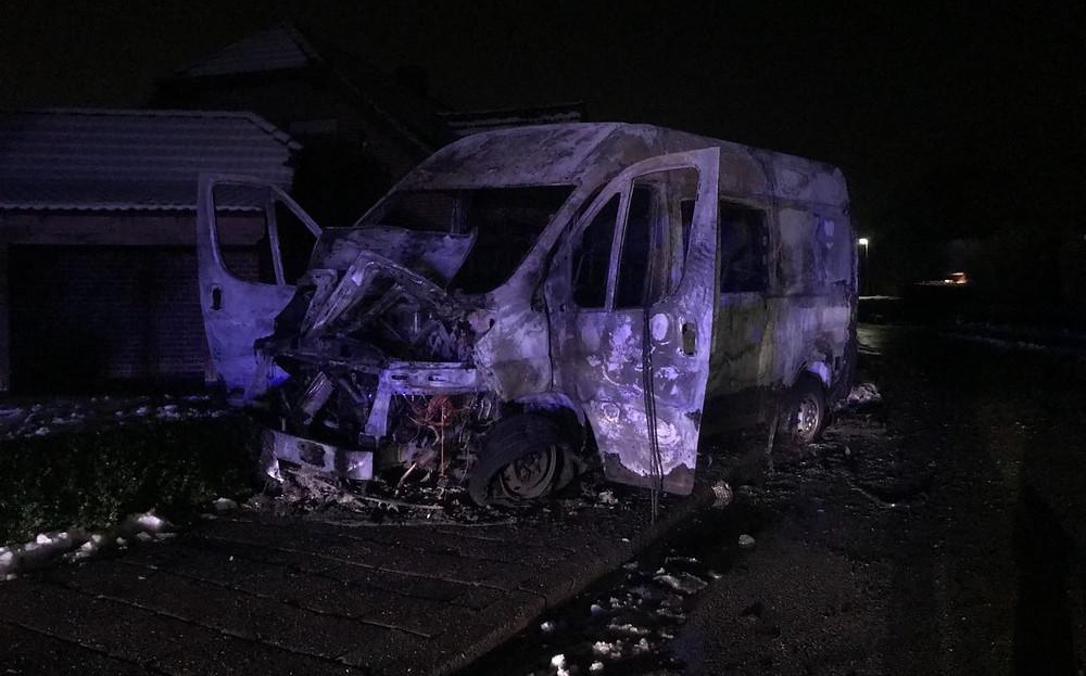 Lieferwagen in Leer ausgebrannt